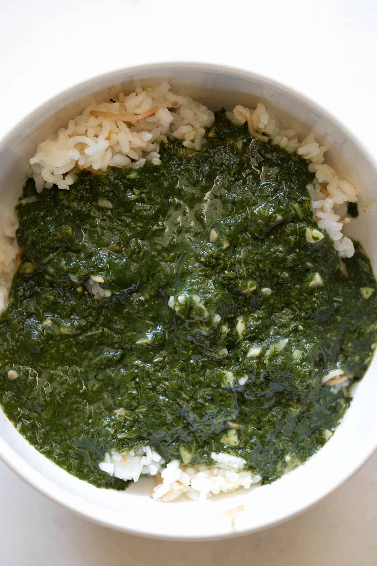 mulukhiyah with roz in a bowl